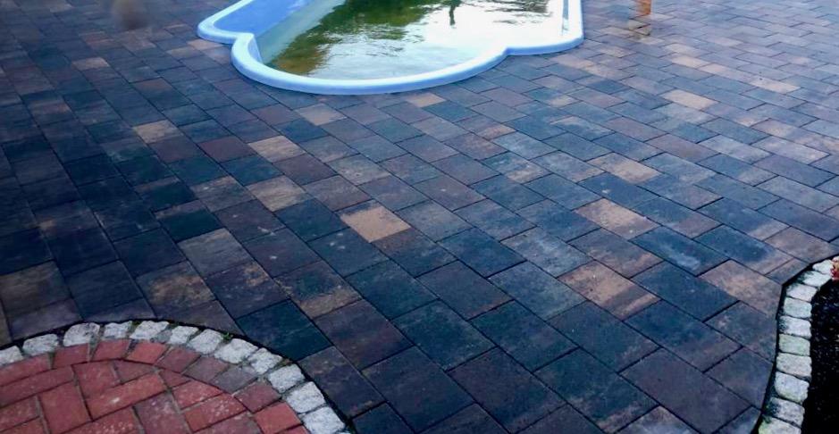 Fertig gepflasterte Fläche rund um den Pool inklusive Filteranlage. Der nächste Sommer kann kommen